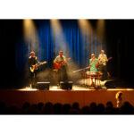 zespół 4 osób grający na scenie