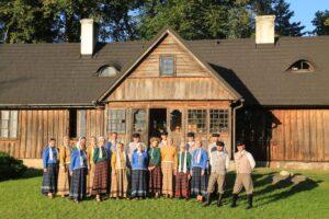 zespół stoi przed domem